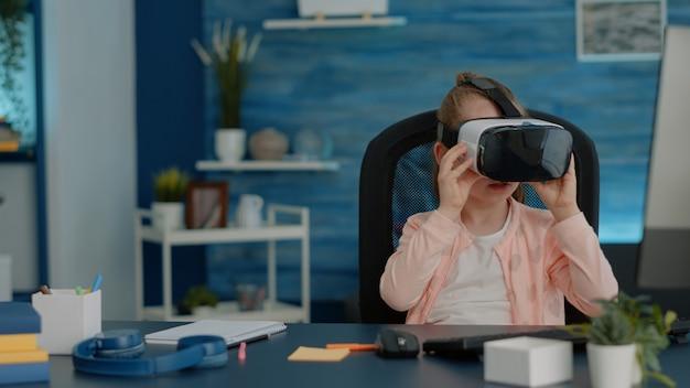 Jovem usando óculos de realidade virtual para exercícios de realidade virtual na escola