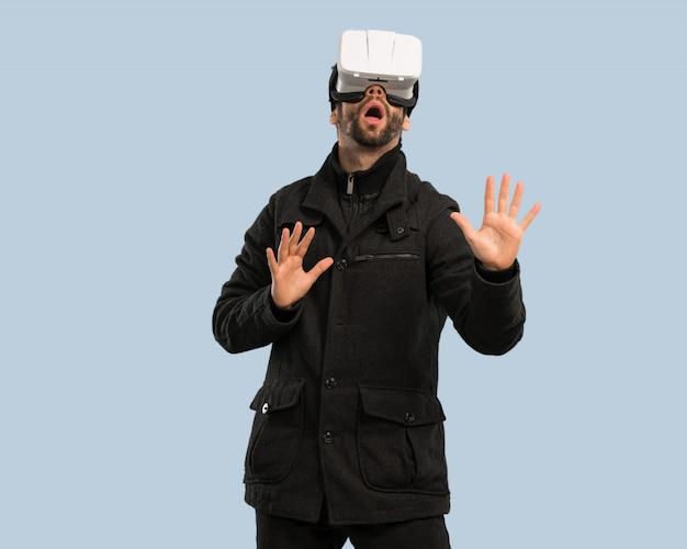 Jovem usando óculos de realidade virtual