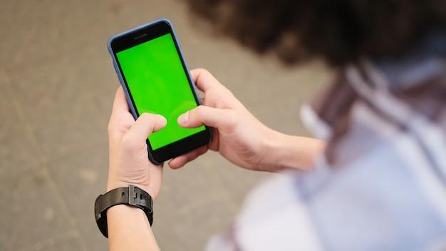 Jovem, usando seu telefone celular na cidade. close-up de um homem usando telefone móvel esperto