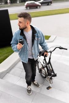 Jovem usando uma bicicleta dobrável na cidade