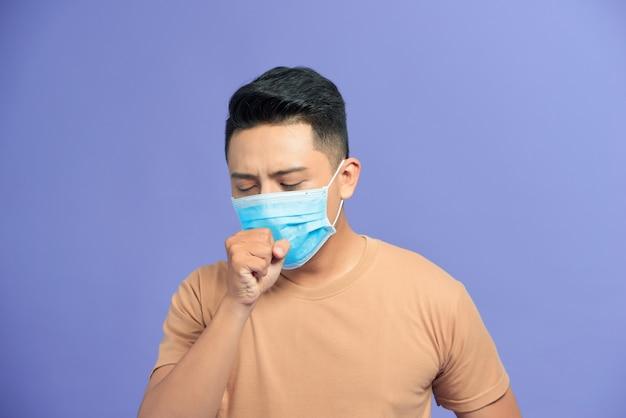 Jovem usando uma máscara facial