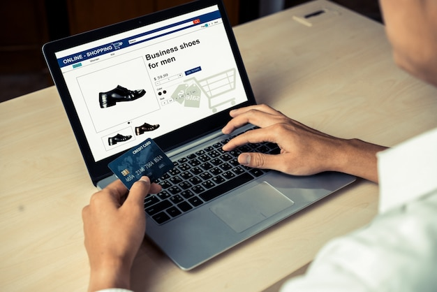 Jovem usar cartão de crédito para compras on-line