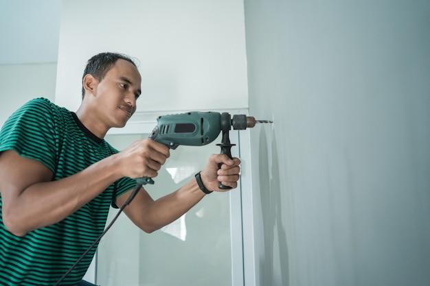 Jovem usou uma broca na parede