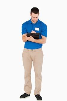 Jovem vendedor a fazer anotações