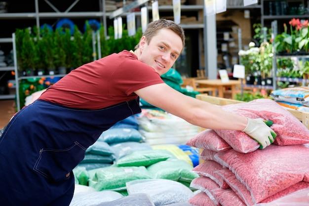 Jovem vendedor no mercado de plantas