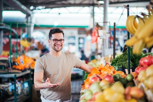 Jovem vendedor trabalhando no mercado do fazendeiro.
