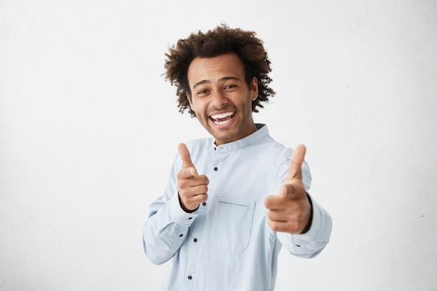 Jovem vestindo camisa formal sorrindo alegremente