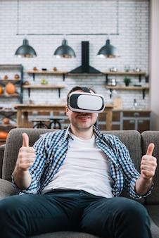 Jovem vestindo dispositivo de realidade virtual, aparecendo o polegar