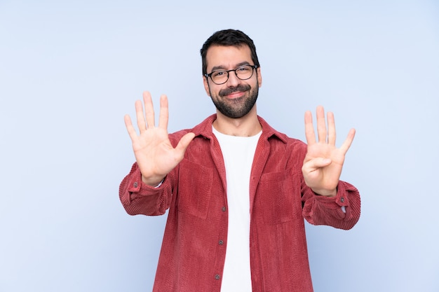 Jovem vestindo jaqueta de veludo contando nove com os dedos