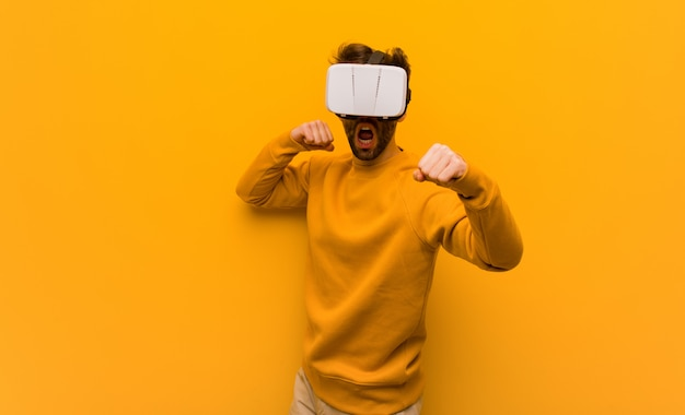 Jovem vestindo um óculos de realidade virtual