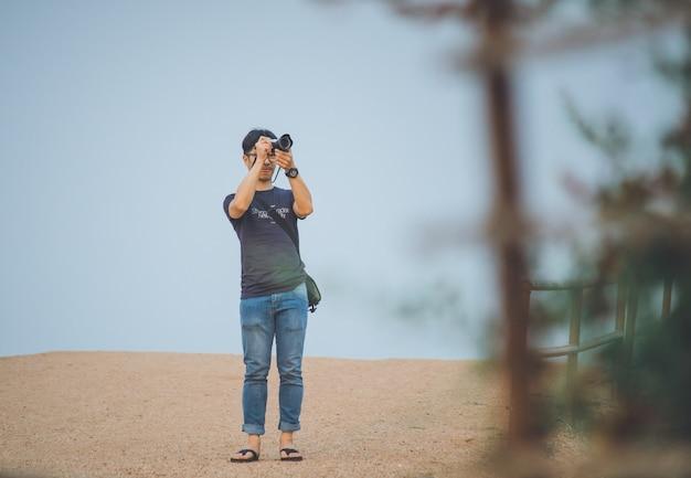Jovem viajante asiática tirando foto com câmera mirrorless em bagan, myanmar