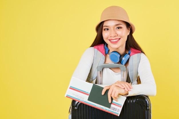 Jovem viajante asiático