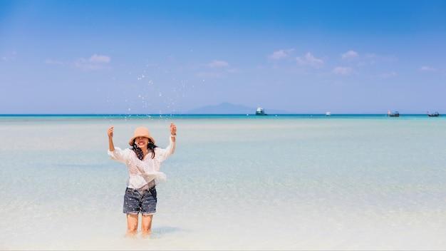 Jovem viajante caminhando em direção ao mar