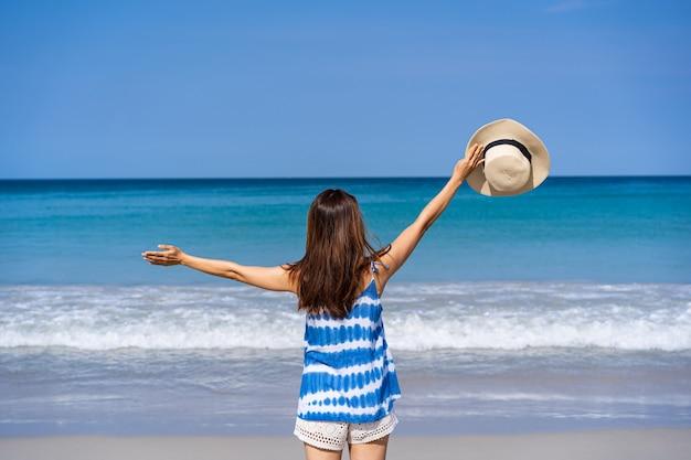 Jovem viajante curtindo as férias de verão em uma praia de areia tropical Foto Premium