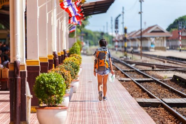 Jovem viajante feminino asiático com mochila viajando com caminhada