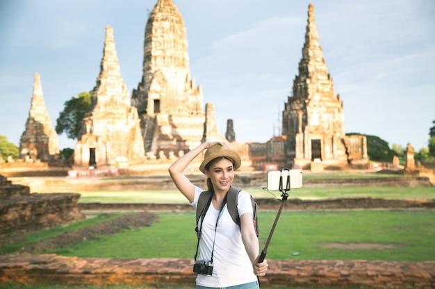 Jovem viajante feminino asiático com mochila viajando na província de ayutthaya, tailândia