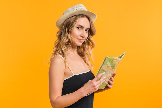 Jovem viajante feminino com mapa