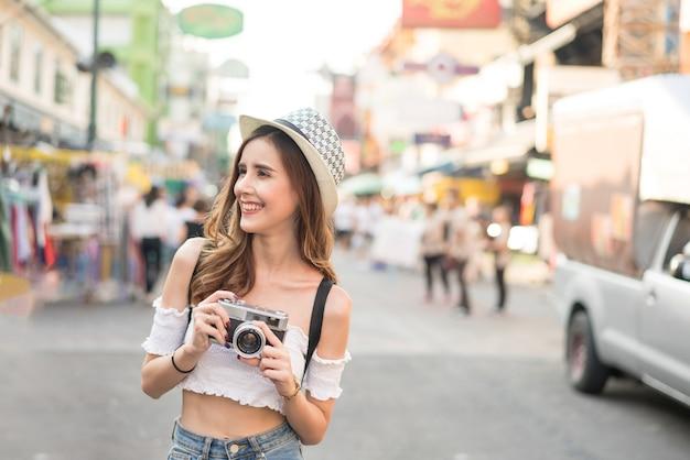 Jovem viajante feminino com mochila e chapéu