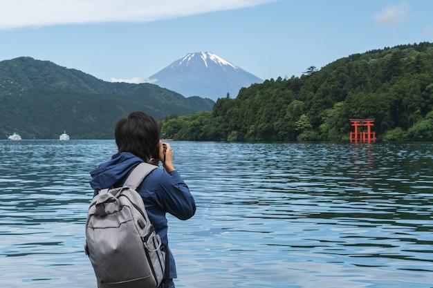 Jovem, viajante, levando, foto, de, hakone, santuário, com, mt.fuji, em, lago, ashi, japão