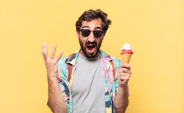Jovem viajante louco com expressão de raiva e segurando um sorvete