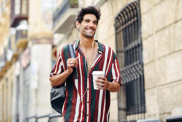 Jovem viajante masculino desfrutando as ruas de granada, espanha.