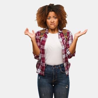 Jovem viajante mulher negra confuso e duvidoso