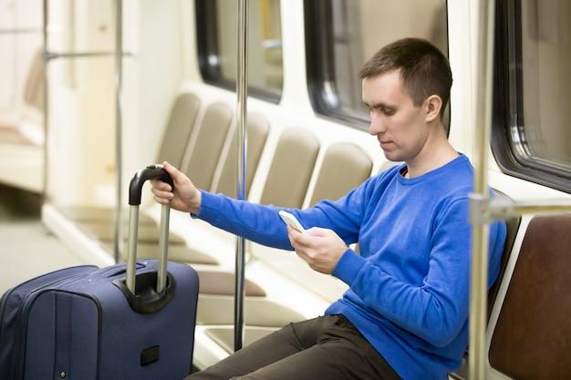 Jovem viajante no trem de metrô