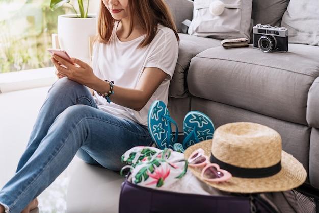 Jovem viajante planejando viagem de férias e busca de informações ou reserva de hotel no laptop, conceito de viagens