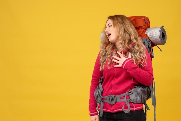 Jovem viajante preocupada pegando sua bagagem