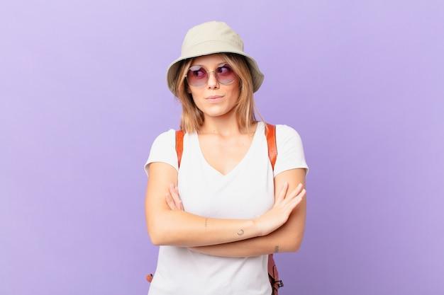 Jovem viajante turista dando de ombros, sentindo-se confusa e incerta