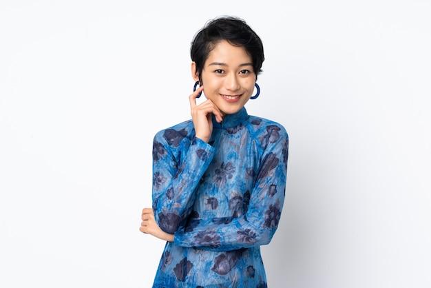 Jovem vietnamita com cabelo curto, vestindo um vestido tradicional sobre branco isolado