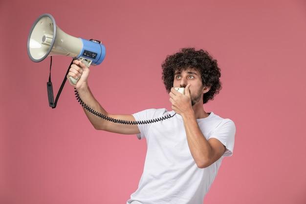 Jovem, vista frontal, informando as pessoas com microfone de mão
