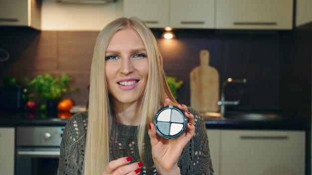 Jovem vlogger falando sobre maquiagem blush para o rosto