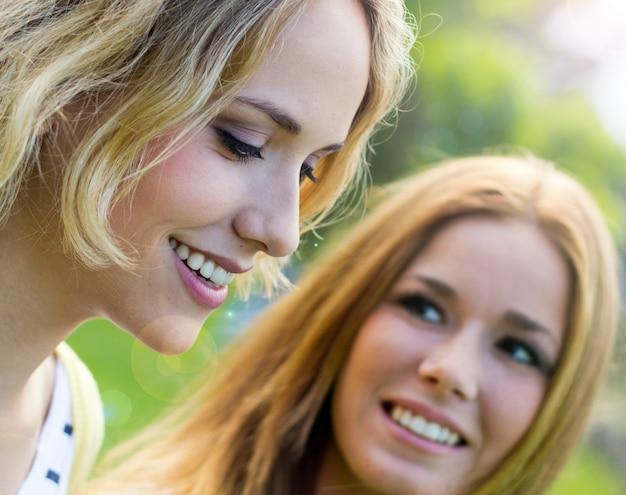 Joven chicas parque alegria retrato
