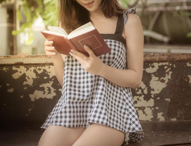 Jovens, adolescente, lendo um livro, ligado, tempo lazer, parque
