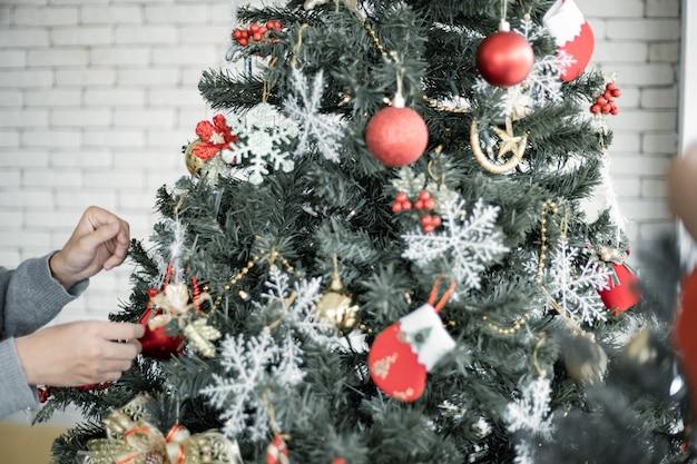 Jovens adolescentes decorando árvores de natal da celebração do natal. comemorando o ano novo. feliz natal e boas festas.