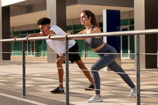 Jovens adultos fazendo exercícios ao ar livre
