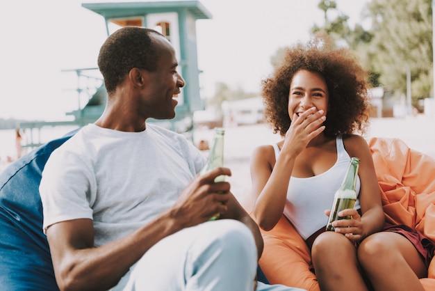 Jovens africanos felizes conversam e riem