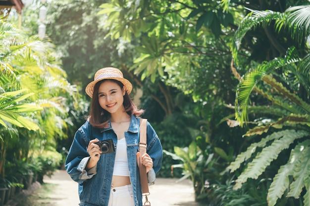 Jovens alegres viajando no exterior no verão.