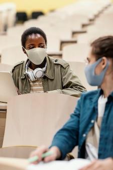 Jovens alunos frequentando uma aula