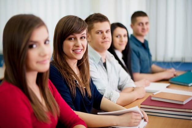 Jovens alunos na sala de aula