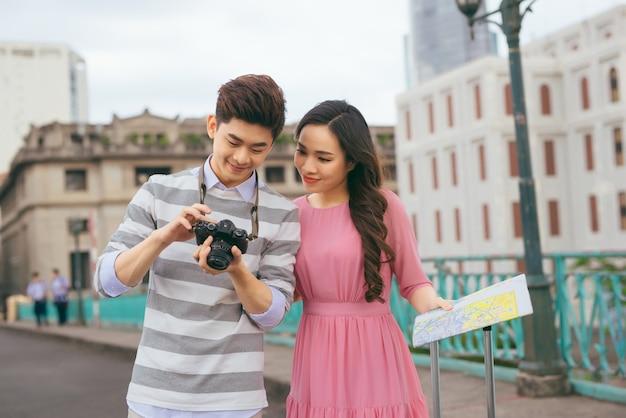 Jovens amantes andando pela cidade de férias, gostando de viajar juntos, ao ar livre.