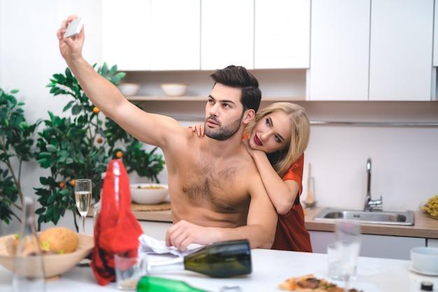 Jovens amantes fazem selfie depois da festa de sexo louco.