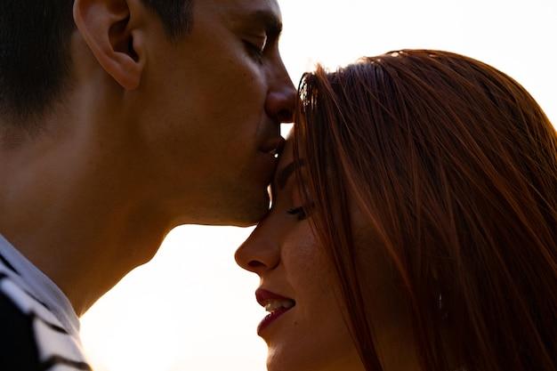 Jovens amantes homem e mulher no parque no outono
