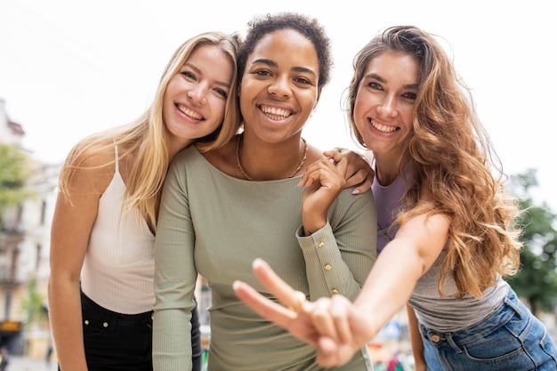 Jovens amigas lindas rindo baixo