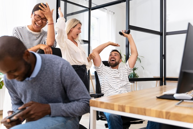 Jovens amigos adultos se divertindo jogando videogame
