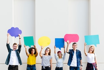 Jovens amigos adultos segurando bolhas de pensamento de cartaz copyspace