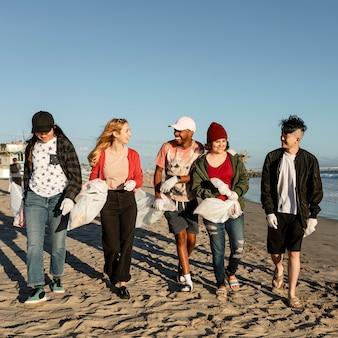 Jovens amigos ambientalistas, voluntariado em limpeza de praia