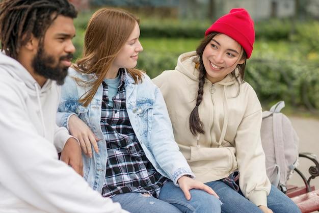 Jovens amigos ao ar livre felizes em conhecer