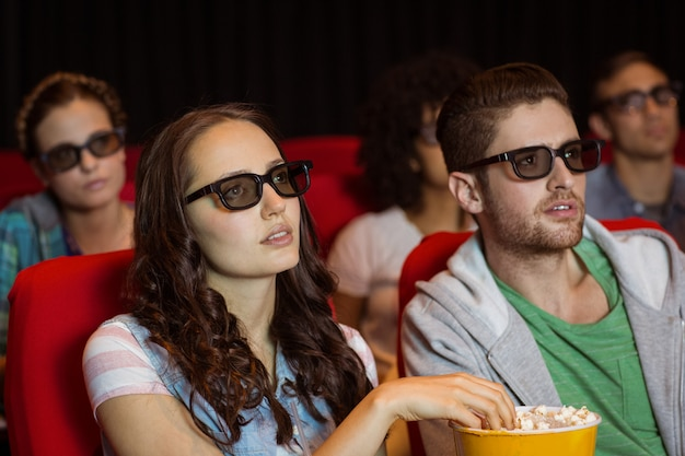 Jovens amigos assistindo a um filme em 3d